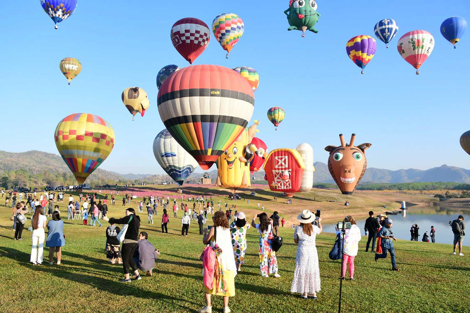 Twenty-five couples tie the knot in hot-air balloons above Chiang Rai on Valentine's Day. (Photo by Chinpat Chaimon)