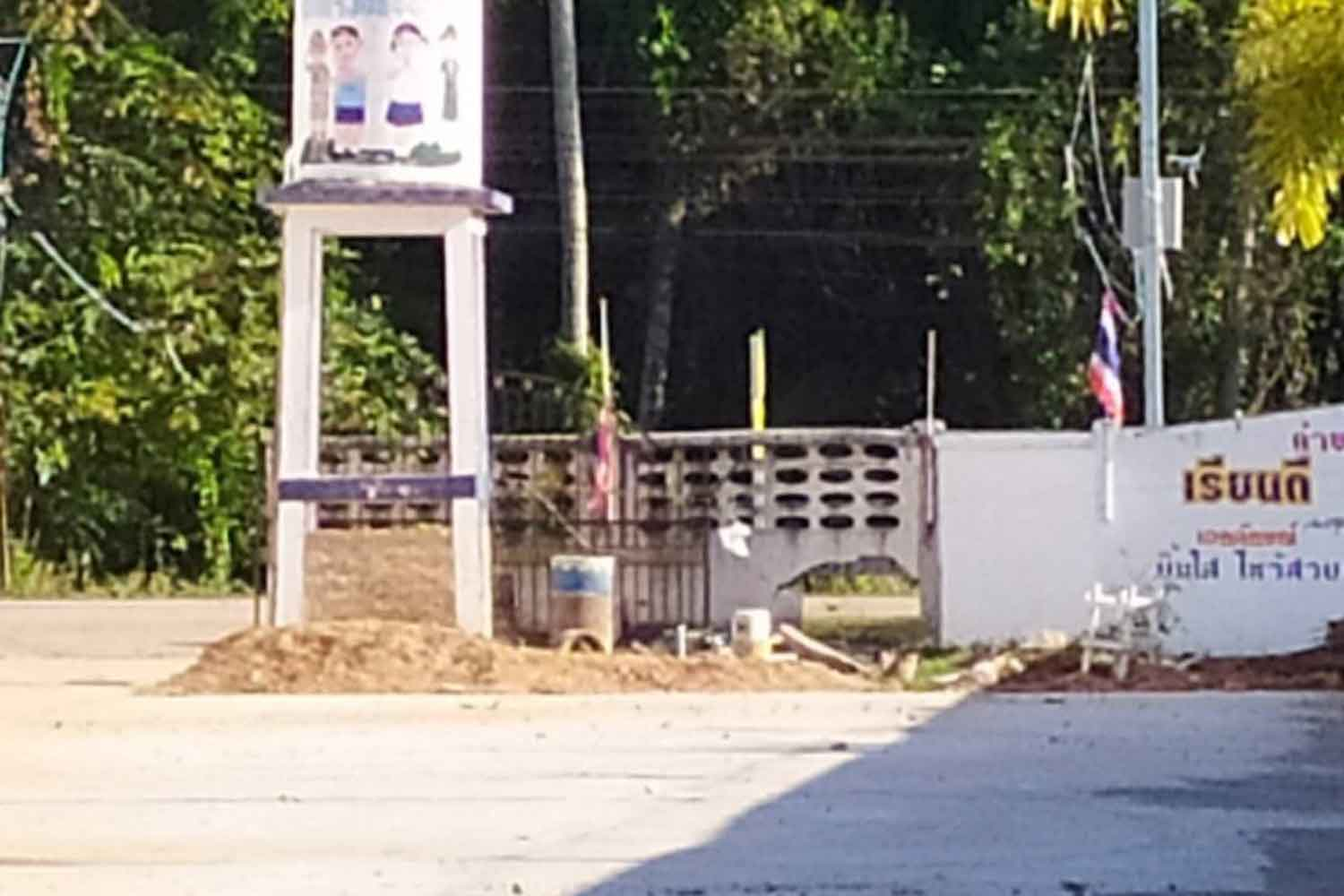 A bomb explosion left this hole in the wall of Phai Man School in tambon Bo Thong of Pattani's Nong Chik district on Monday morning.(Photo by Abdullah Benjakat)