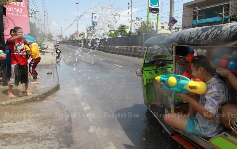 Revellers exchange water gunshots during the Songkran holiday in Samut Prakan on April 15, 2019. (Photo by Somchai Poomlard)