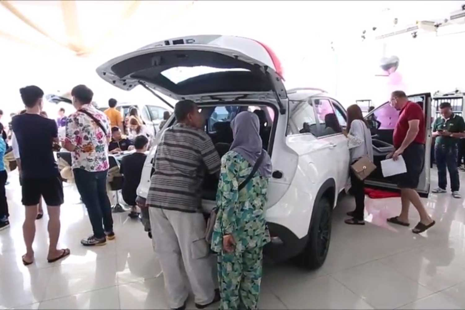 Potential buyers flock to a Chevrolet showroom in Pattaya, Chon Buri, on Wednesday to snap up models offered at large discounts - after General Motors said it was withdrawing  from Thailand by the end of the year. (Photo by Chaiyot Pupattanapong)