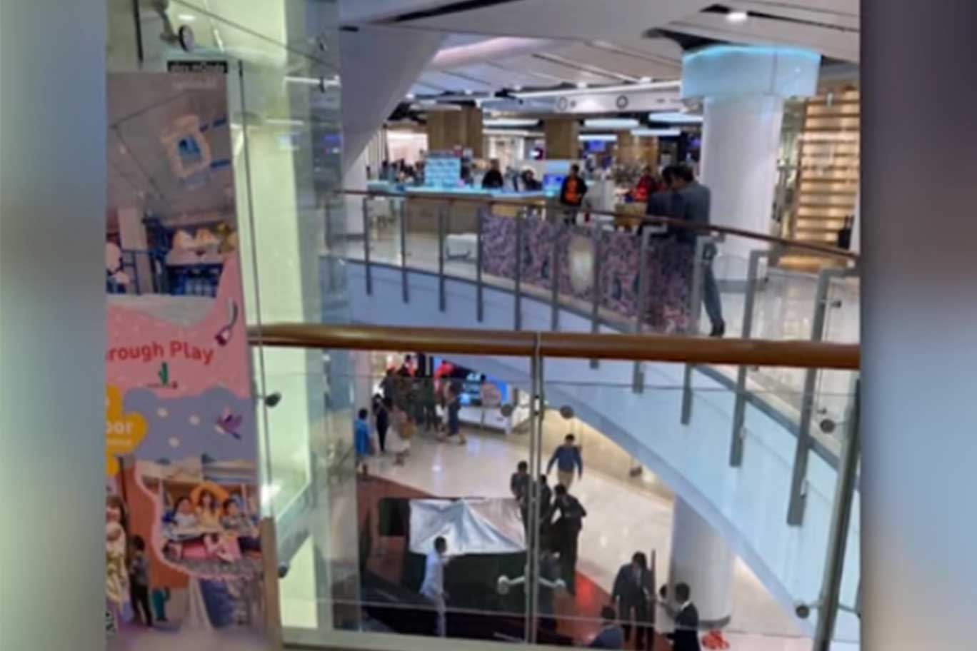 A boy was seriously injured when he fell from a third-floor escalator inside the CentralWorld shopping complex. (Capture from TV Channel 8)