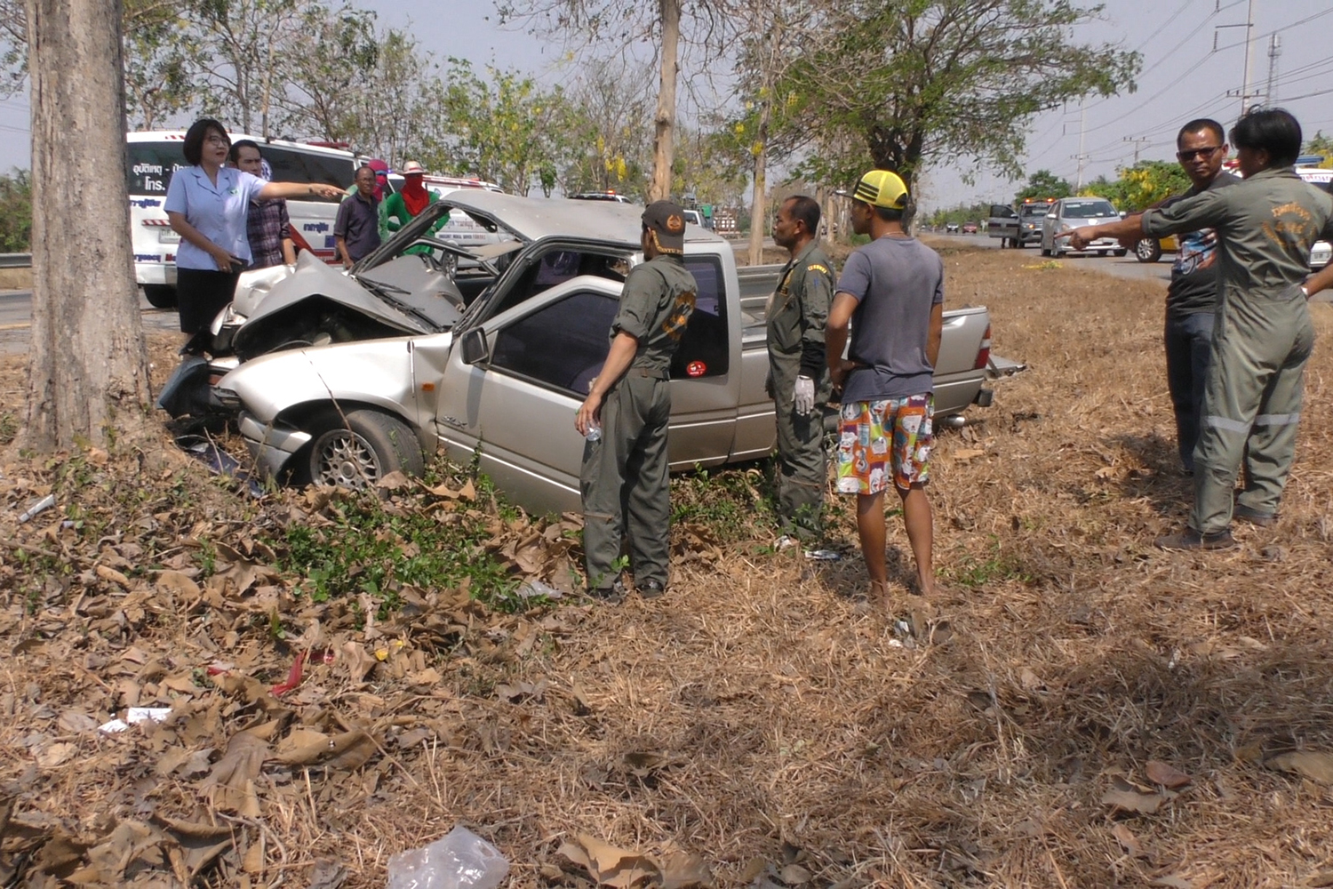 The pickup truck in which two people died and their elderly passenger was seriously injured when it hit a tree in the median strip of Highway 304 in Sankhaburi district of Chai Nat on Monday. (photo by Chudate Seehawong)