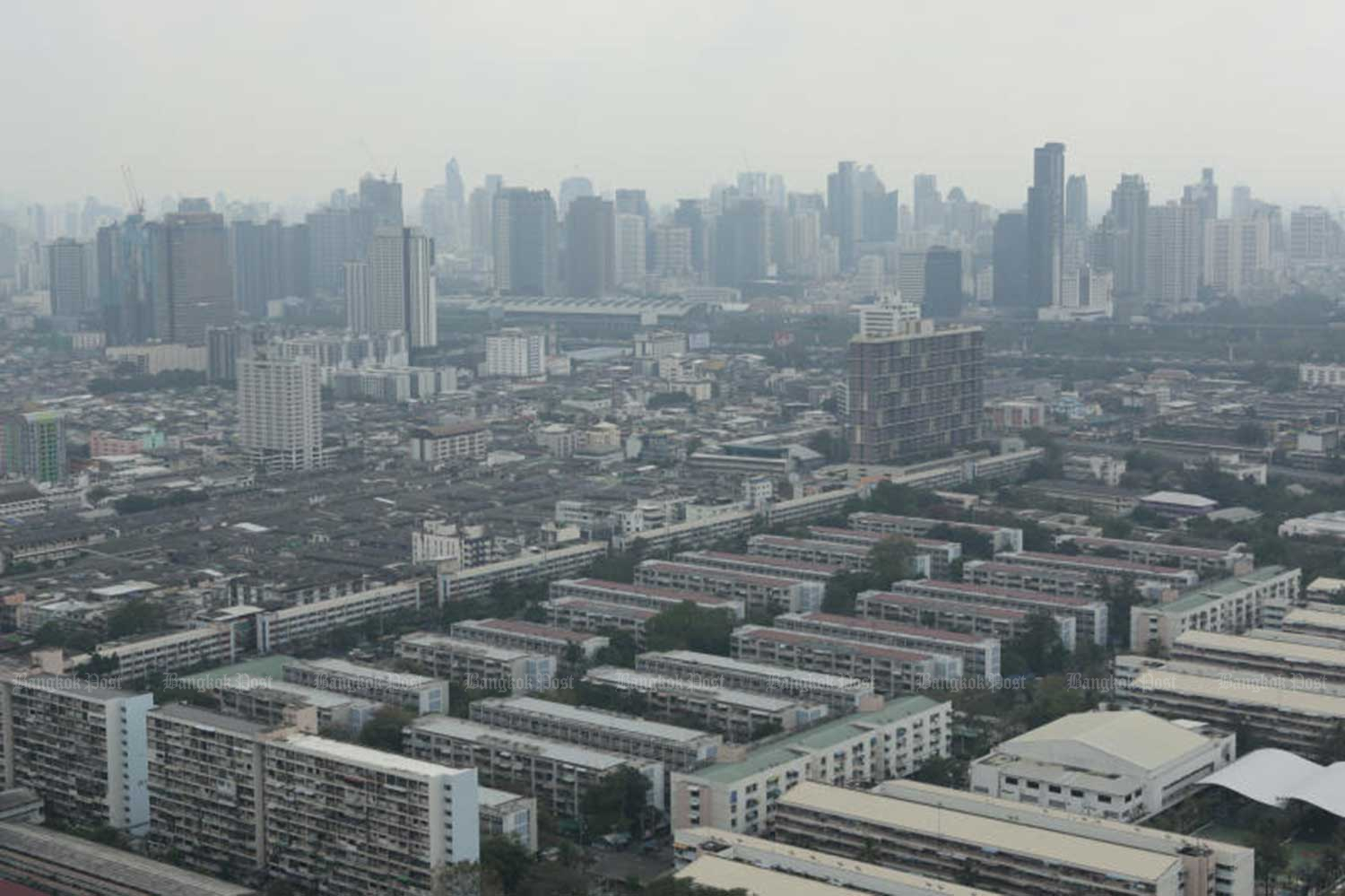 The levels of fine PM2.5 dust particles still exceed safe limits in many areas of Bangkok and surrounding provinces, as well as in the North. (File photo)