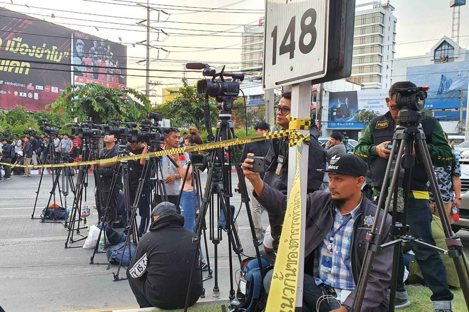 An army of reporters cover the rampage in Muang district of Nakhon Ratchasima province on Feb 8. (Photo by Prasit Tangprasert)