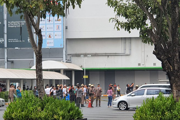 Shoppers, shop owners and police gather outside Central Plaza Rattanathibet in Muang district of Nonthaburi after gunshots were heard inside the building. (Photo from @stepfrybanana Twitter account)