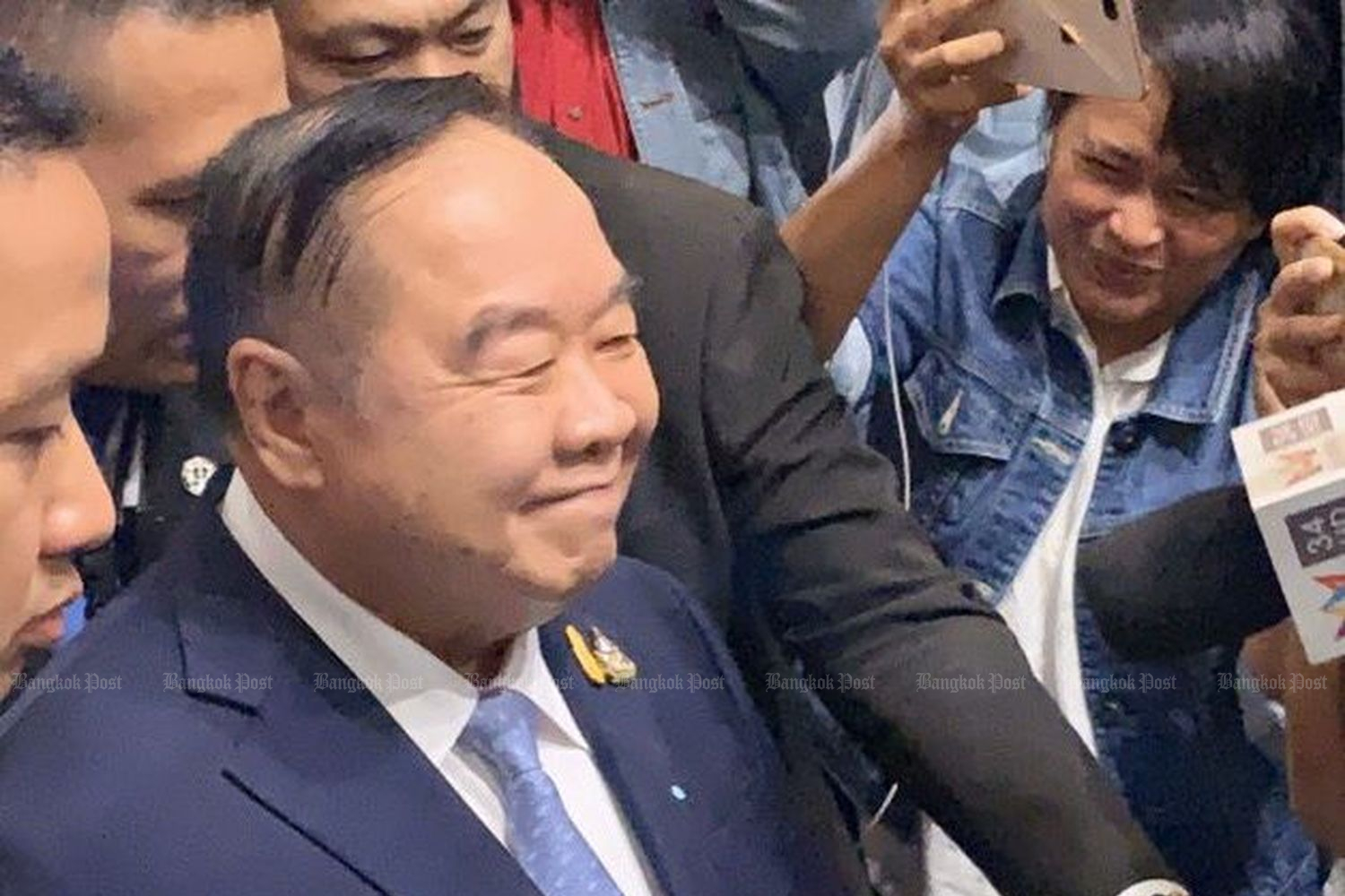 Deputy Prime Minister Prawait Wongsuwon smiles after hearing about the vote results on the no-confidence debate against six ministers on Friday. (Photo by Wasssana Nanuam)