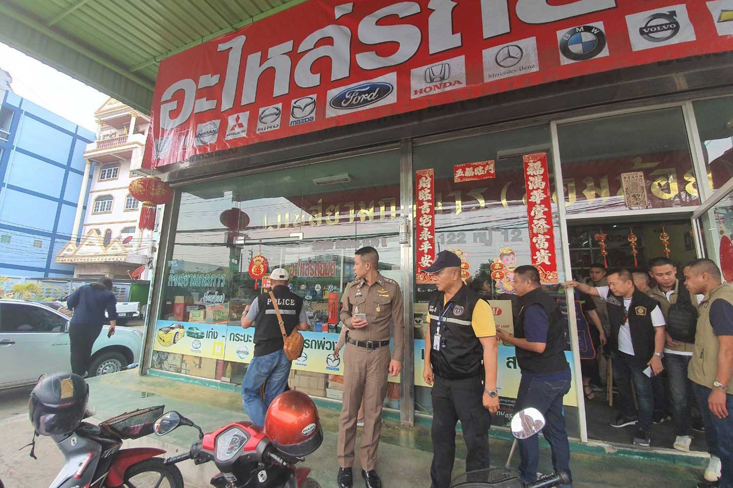 Police search an auto parts shop in Krathum Baen district, Samut Sakhon and arrest the two proprietors, who are accused of treating their Lao employee like a slave. (Police photo)