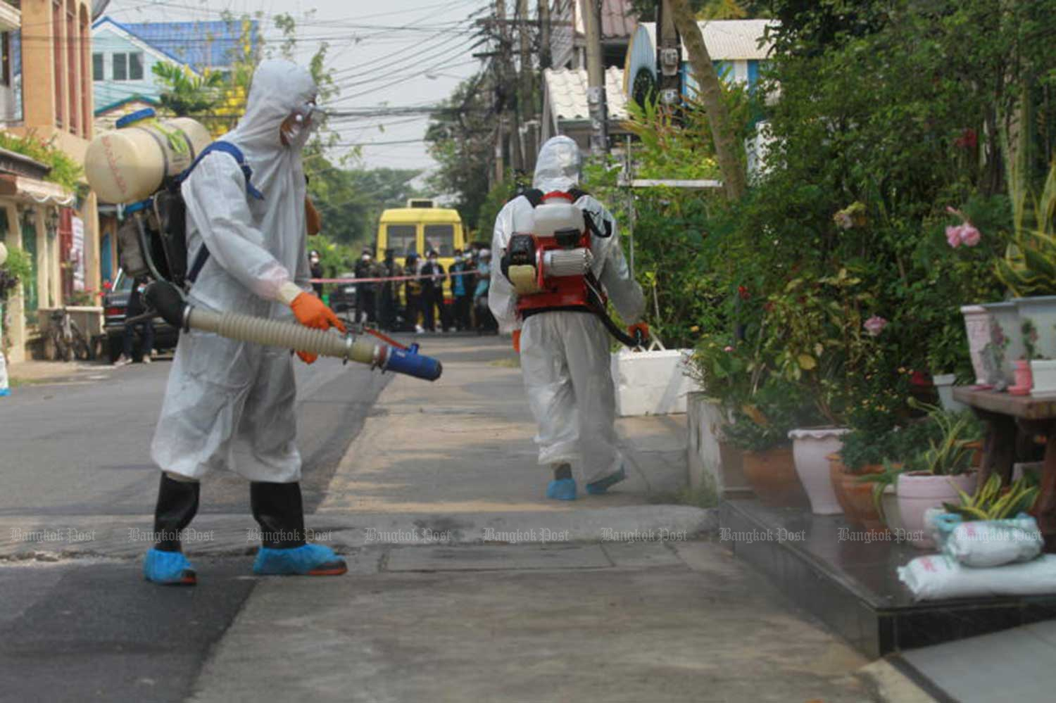 Workers from the Don Muang district office disinfect the house of an elderly couple and their eight-year-old grandson who tested positive for Covid-19 after returning from a trip to Hokkaido, Japan. (File photo)