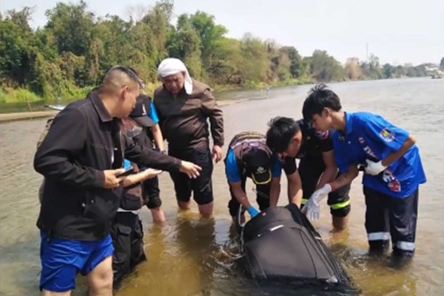 A black suitcase containing the body of a 30-year-old Chinese man is found floating in the Ping River in Muang district of Kamphaeng Phet on Tuesday. (Screenshot from ข่าวช่องวัน)