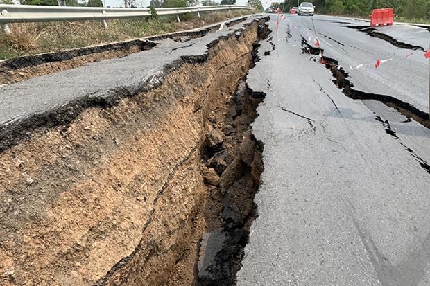 Long, deep cracks in the road alongside Khlong Rapipat in Nong Sua district in Pathum Thani. (Photo by Pongpat Wongyala)