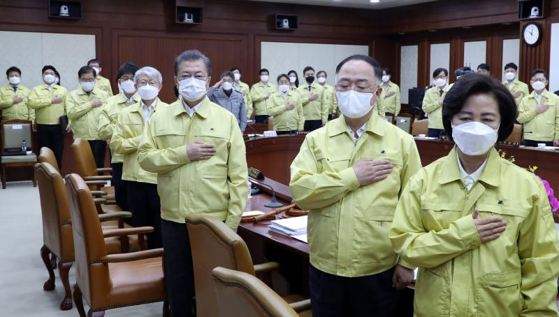 South Korean President Moon Jae-in (3rd ight) and his ministers wearing face masks attend a cabinet meeting at the government complex in Seoul on Tuesday. (AFP photo)