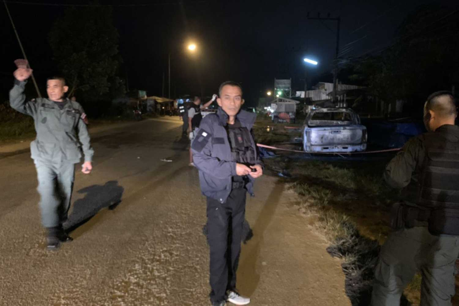 Police and bomb disposal officers inspect the scene of a shooting and firebomb attack in Sri Sakhon district of Narathiwat in which a patrol police officer was killed late Friday. (Photo by Waedao Harai)