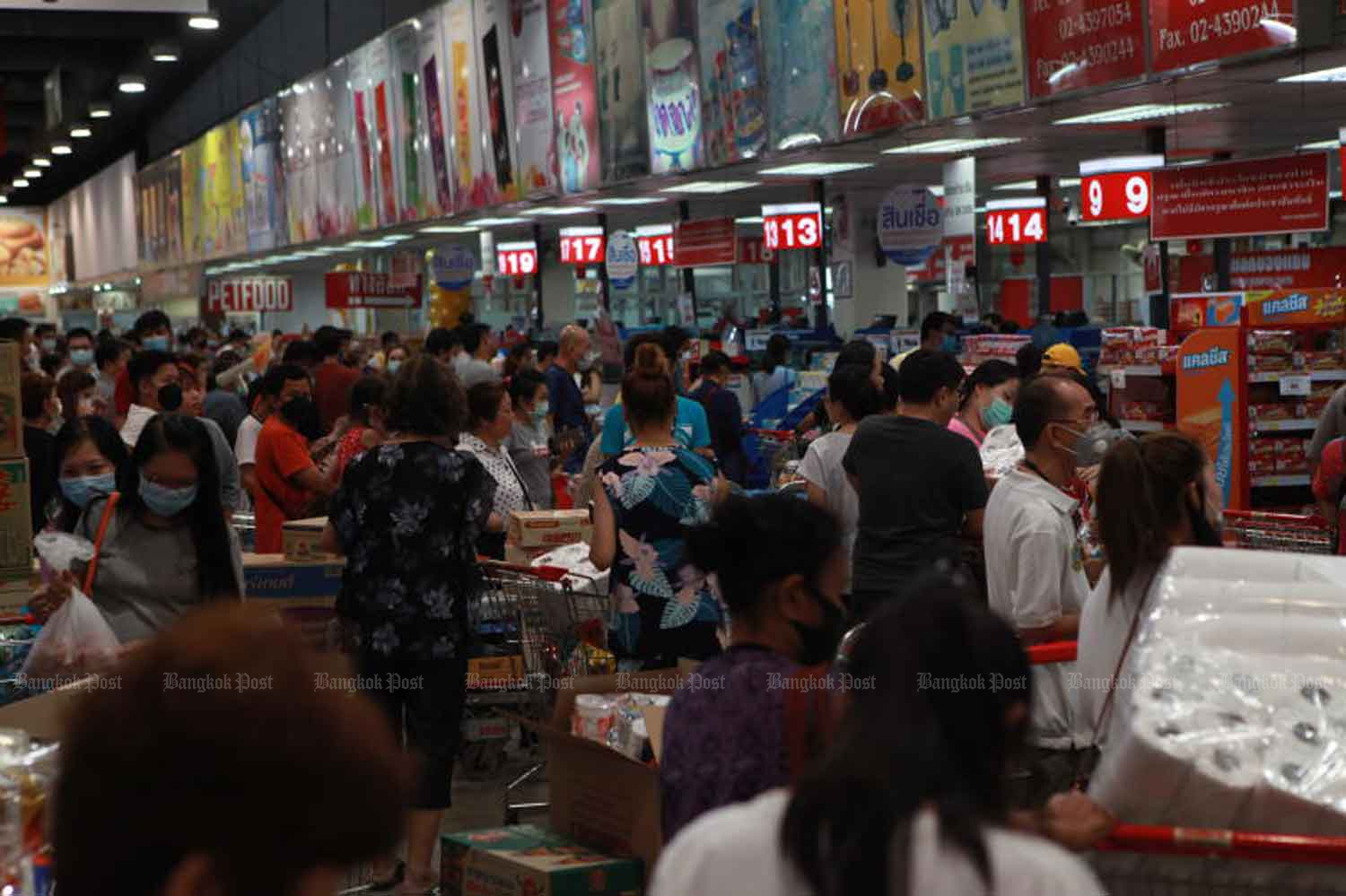 People flock into the Makro store in Bang Bon district, Bangkok, on Sunday to build up their stocks of consumer products. (Photo: Arnun Chonmahatrakool)