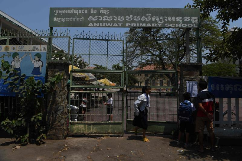 Students leave a primary school as the government announced the closure of education institutions over the outbreak of the Covid-19 coronavirus in Phnom Penh on March 14, 2020. (AFP photo)