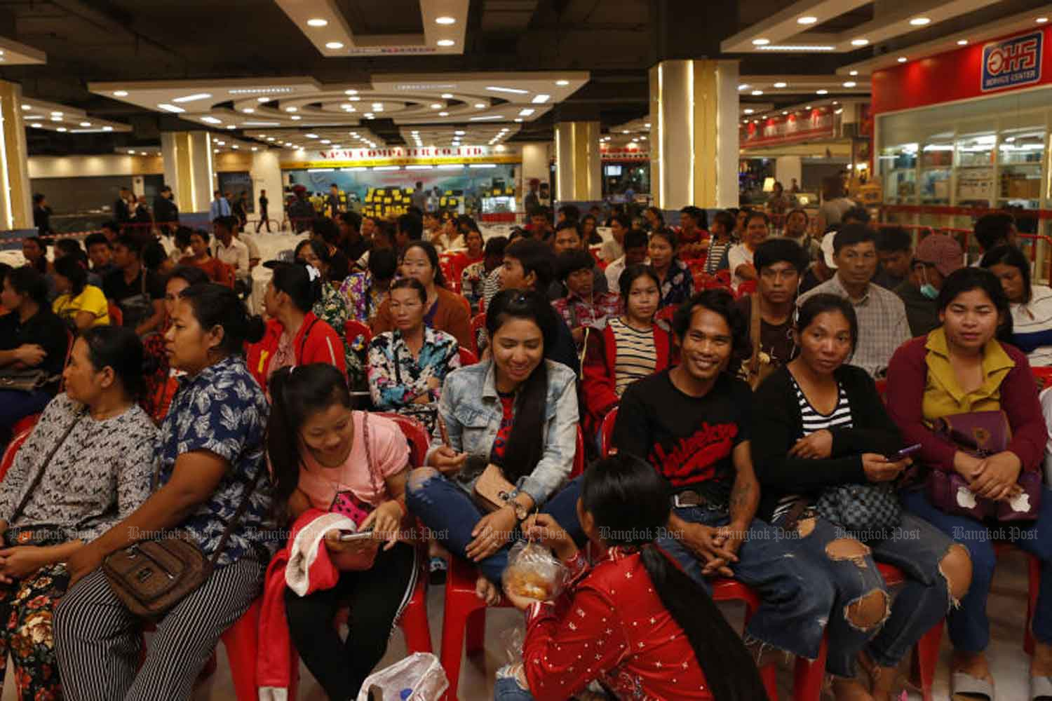 Migrant workers wait for their registration in Pathum Thani province. (Bangkok Post file photo)