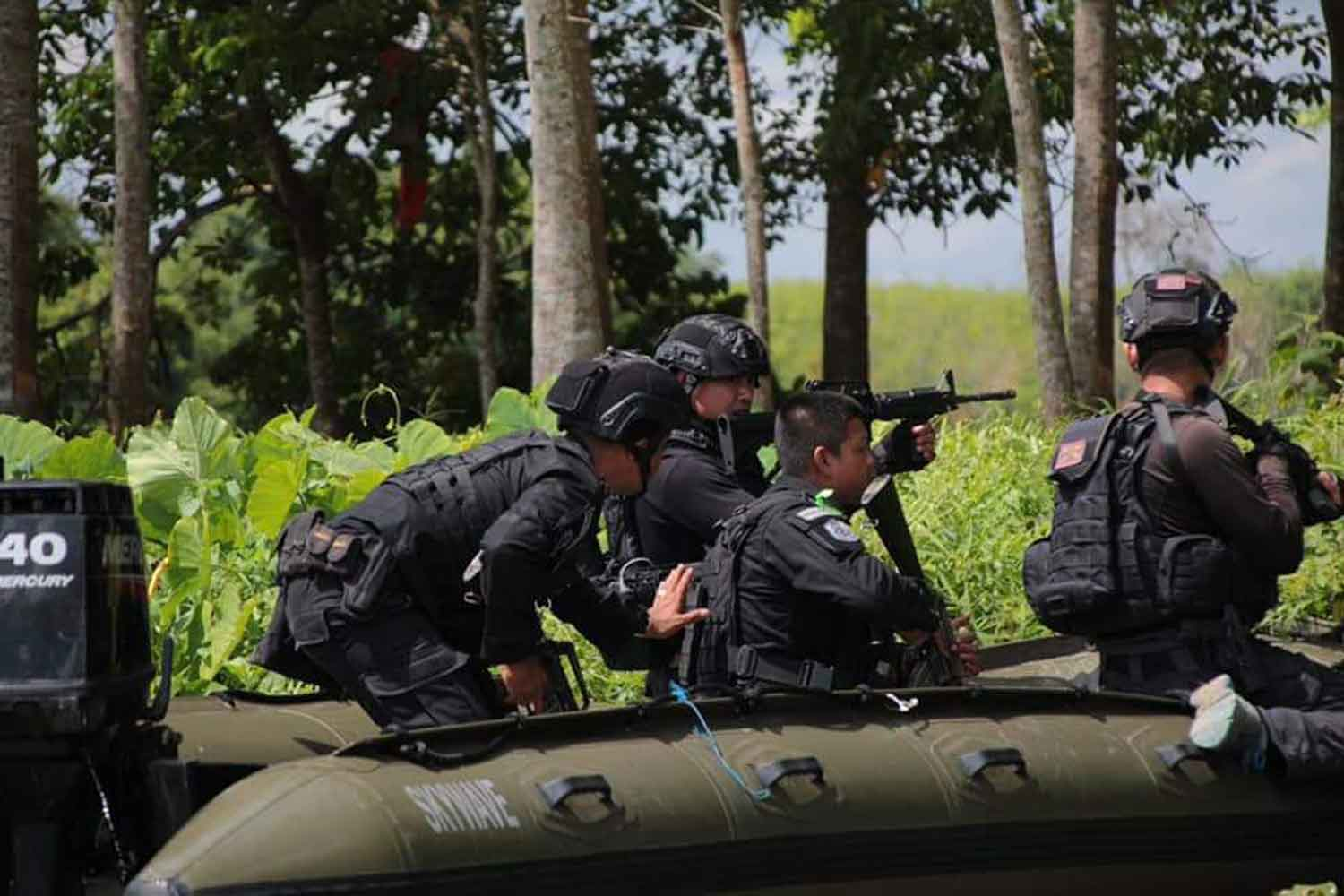 A security unit in an inflatable boat patrols the reservoir of Pattani dam in Yala's Muang district during an operation against insurgents. (Photo: Abdullah Benjakat)