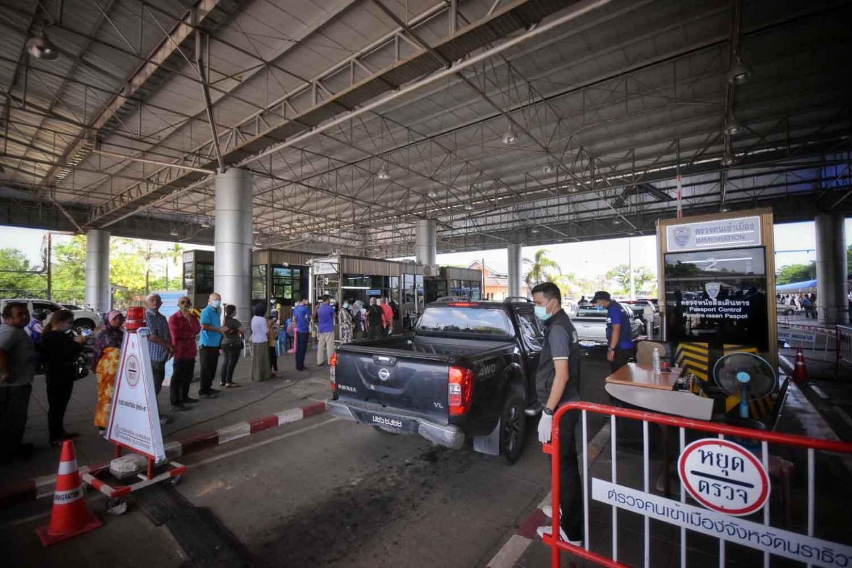 The Sungai Kolok customs checkpoint in Narathiwat on Wednesday. (Photo: Waedao Harai)