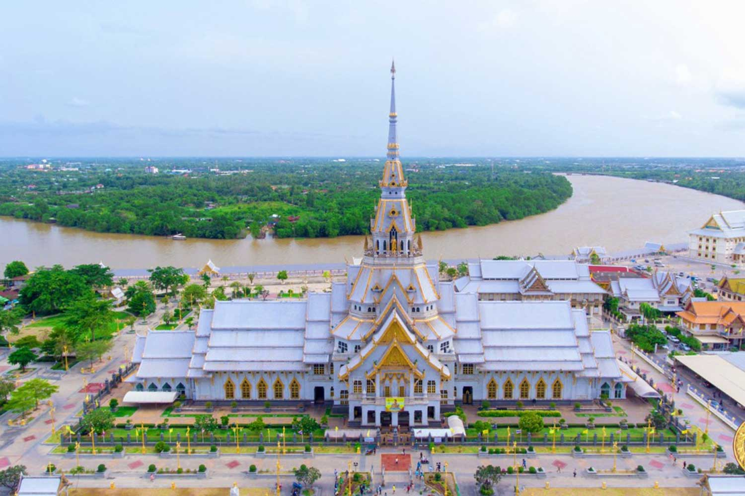 Wat Sothon Wararam Worawihan in Chachoengsao province, which houses the revered Luang Phor Phra Buddha Shinnarat Buddha image, has been closed for two weeks to protect worshippers from the spread of Covid-19.  (Photo by Sonthanaporn Inchan)