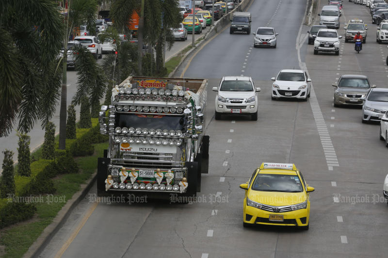 Retailers are calling for the government to ease the limits on trucks entering Bangkok (Photo by Pornprom Satrabhaya)