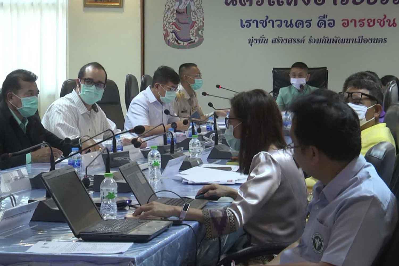Authorities in Nakhon Si Thammarat province discuss coronavirus control measures on Wednesday. (Photo: Nujaree Raekrun)