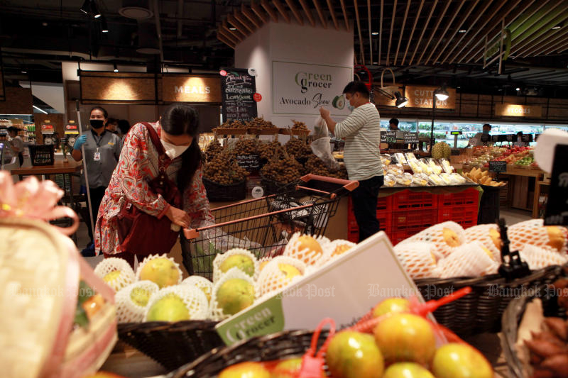 Shoppers buy food and other essentials at a supermarket in Iconsiam mall on Saturday after the Bangkok Metropolitan Administration issued an order closing shopping malls to slow the spread of the coronavirus. (Photo by Arnun Chonmahatrakool)