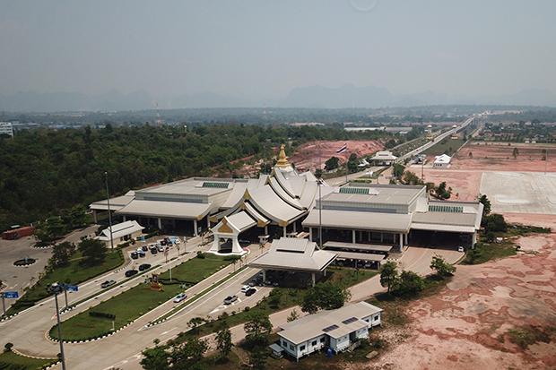 The Thai-Lao Friendship Bridge linking Nakhon Phanom and Khammouane province in Laos will be closed from 10pm on Sunday. (Photo by Pattanapong Sripiachai)