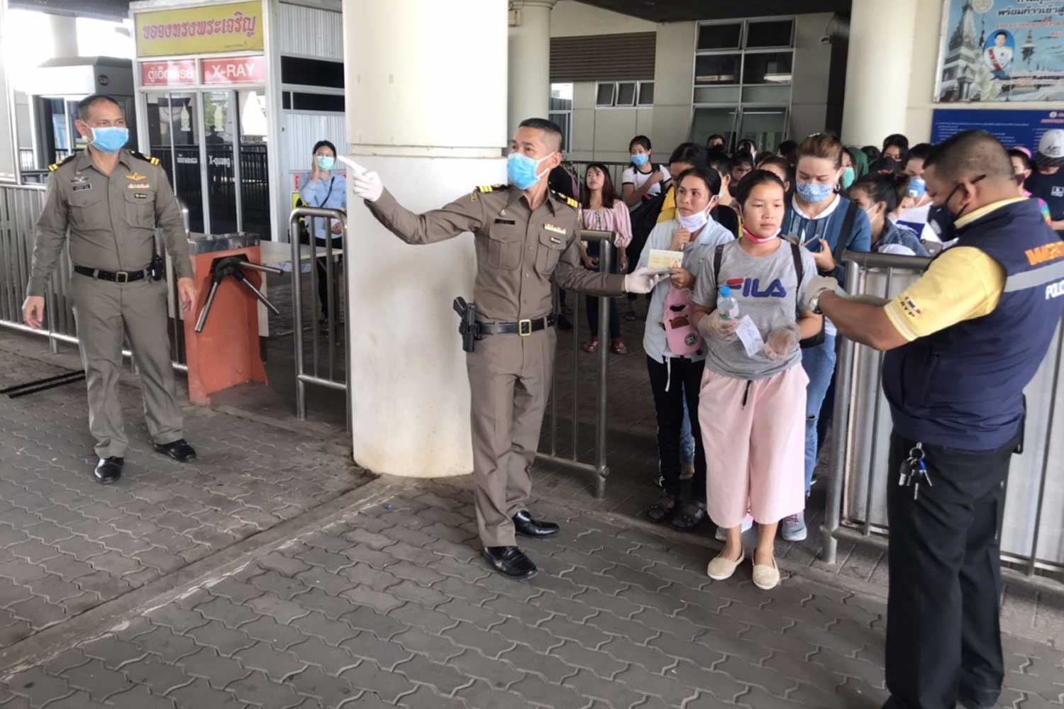 The bus terminal in Nakhon Phanom township is crowded with Lao and Vietnamese migrant workers who arrived from Bangkok and surrounding provinces following the shutdown orders. (Photo: Pattanapong Sripiachai)