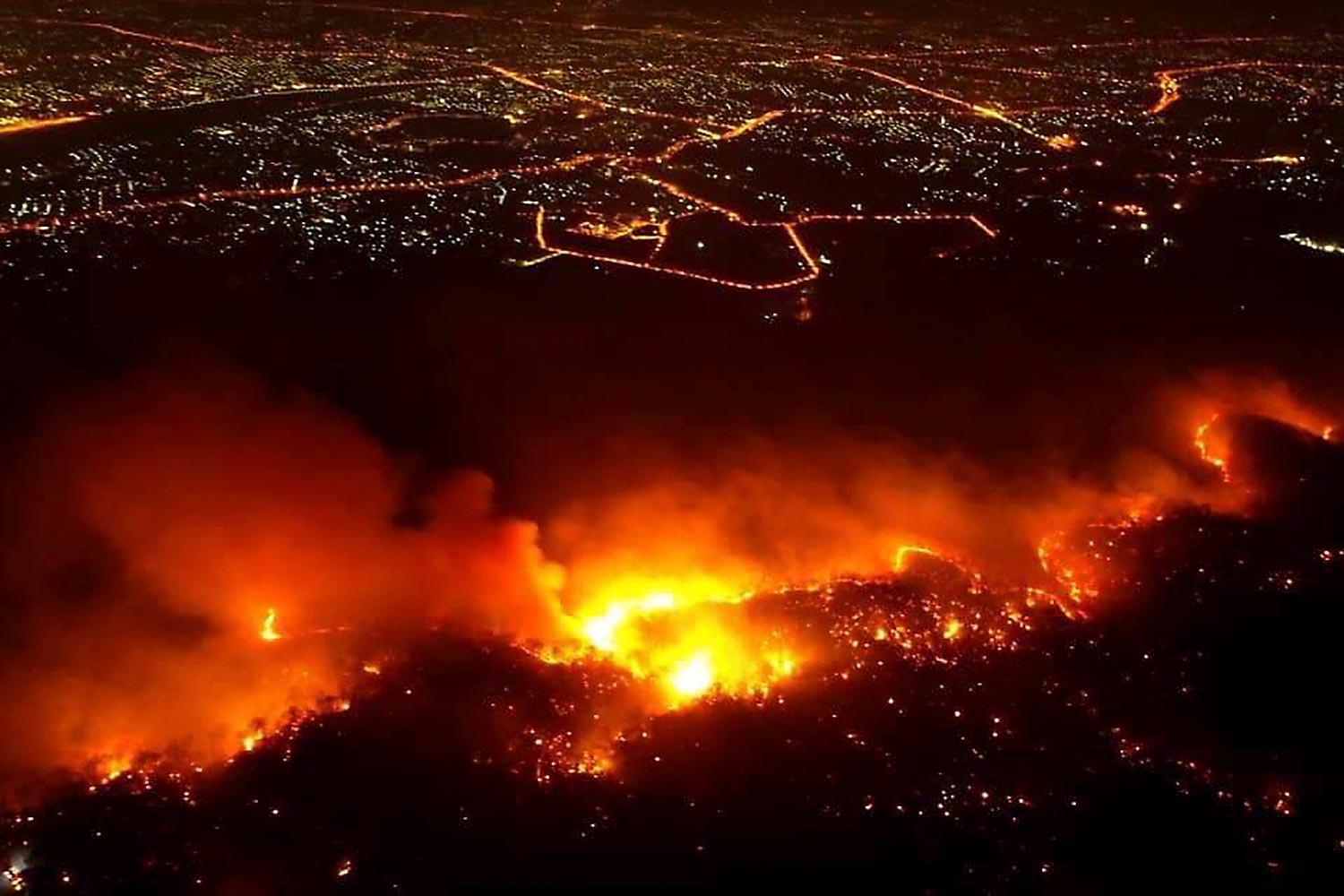 A bushfire ravages Doi Suthep-Pui National Park in Chiang Mai's Hang Dong district on Wednesday night. Local officials and soldiers spent more than 14 hours bringing it under control.(Photo courtesy Chiang Mai Volunteer Drone Team)