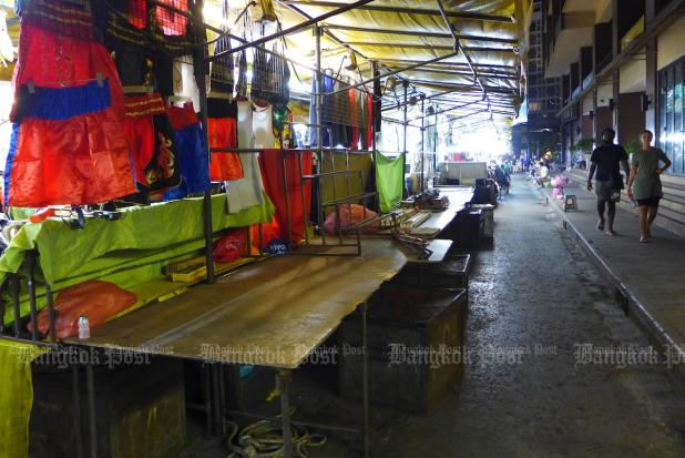 Patpong Market saw very few customers after the surrounding bars were ordered closed recently. Photo by Gary Boyle