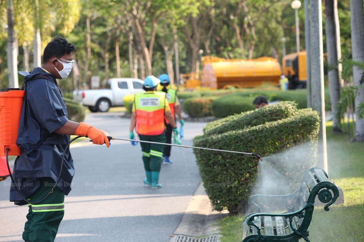 City Hall officials clean Chatuchak Park under the supervision of Bangkok Metropolitan Administration on Thursday. (Photo by Apichart Jinakul)