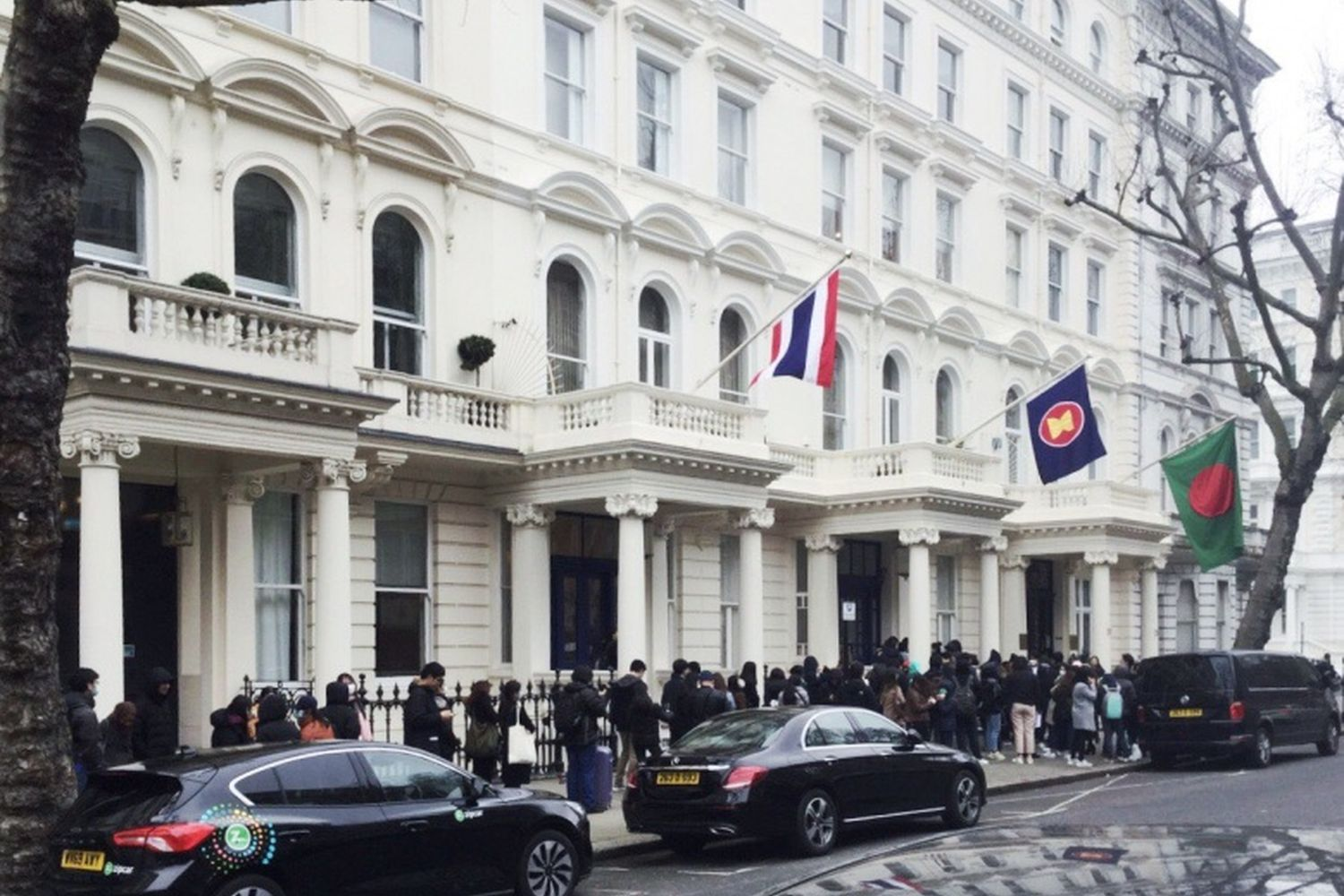 A long queue forms in front of the Thai embassy in London on March 20 as Thais seeking to go home seek documents required by the Civil Aviation Authority of Thailand. (Photo from Facebook@CHARLOTTE2500)