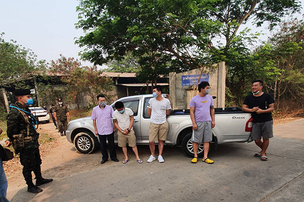 Security authorities arrested four Chinese nationals trying to cross the border to Thailand from Mynmar in Mas Sot district of Tak on Saturday. (Photo by Assawin Pinitwong)