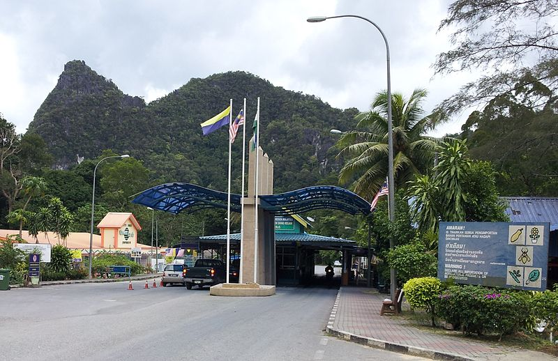 FILE PHOTO: An undated view of the Malaysian checkpoint at Wang Kelian, Perlis seen as one enters Malaysia from Wang Prachan, Satun, Thailand. (Photo by Slleong/Creative Commons. Available at https://th.m.wikipedia.org/wiki/%E0%B9%84%E0%B8%9F%E0%B8%A5%E0%B9%8C:Wang_Kelian_Checkpoint.jpg)