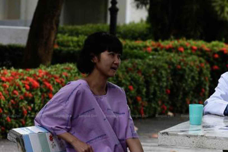 Jitrlada Tantiwanitchasuk talks to a psychiatrist in 2005. (Bangkok Post file photo)