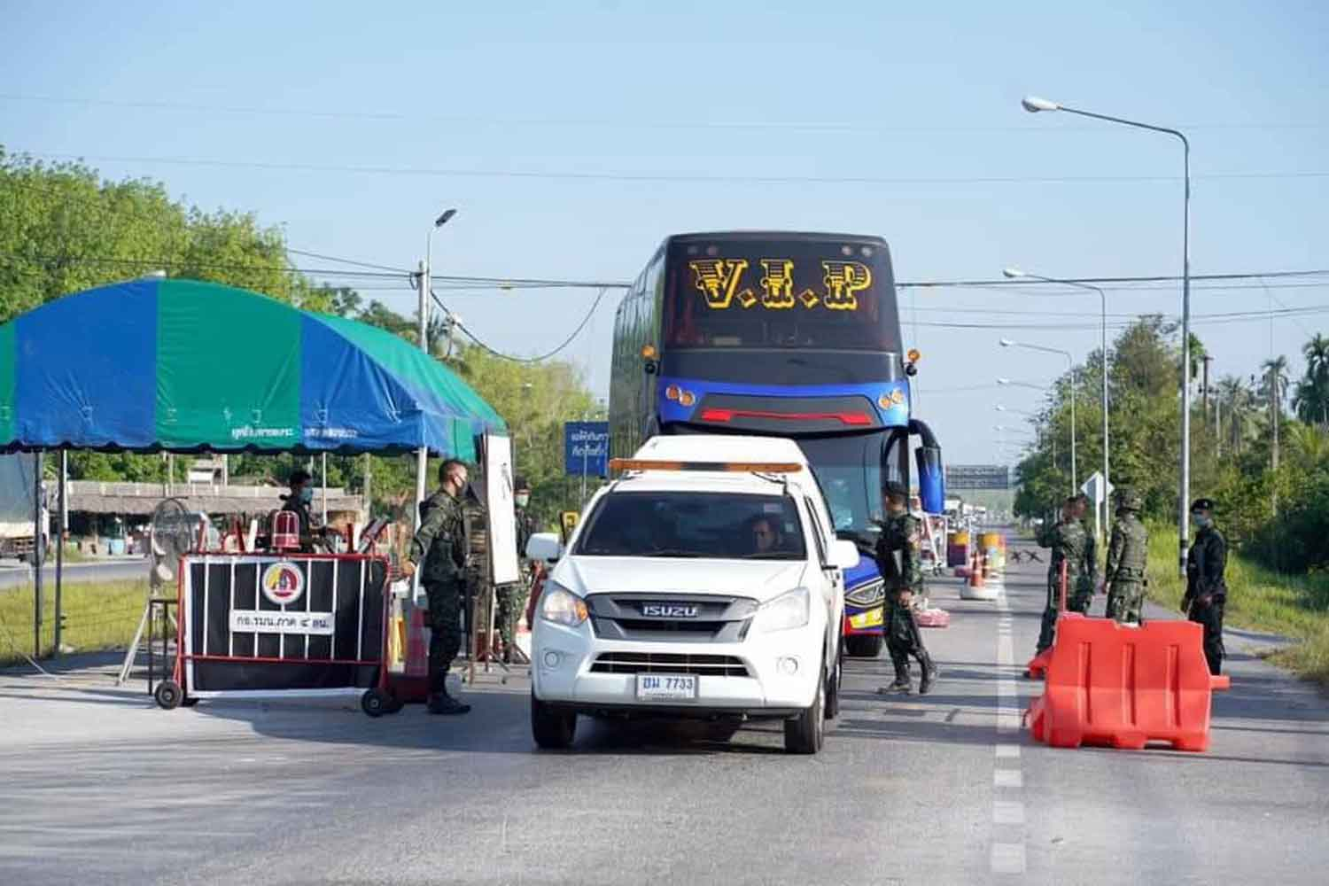 A bus carrying Thai students arriving back from Pakistan reaches a quarantine facility in Yala province on Monday. (Photo supplied)