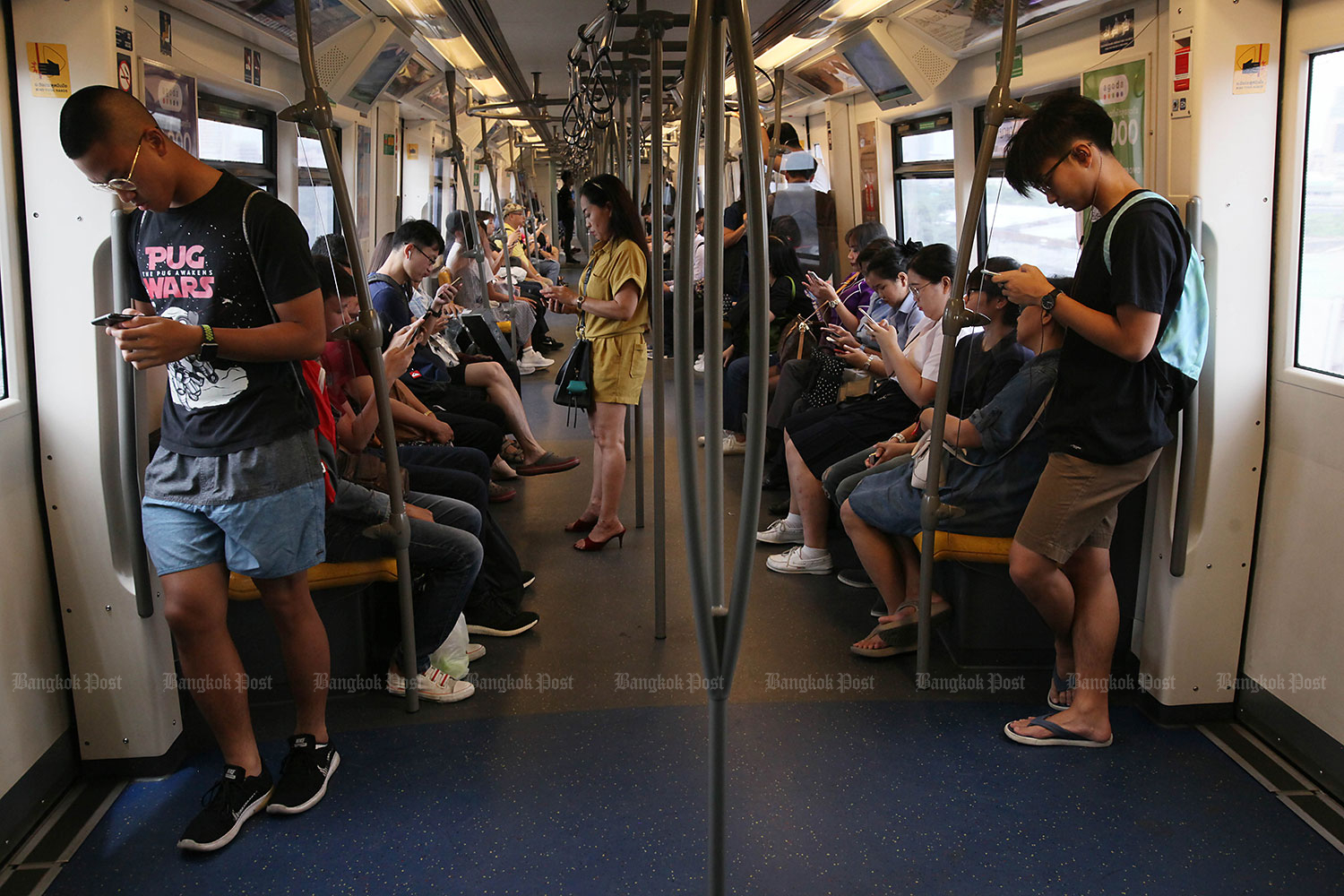 Average daily internet use jumped up to 10.22 hours last year. (Bangkok Post file photo)