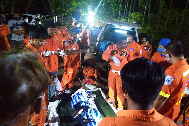 Rescue volunteers take the body of Jamras Phumwaengkuang from Thap Lan National Park in Wang Nam Khieo district of Nakhon Ratchasima on Monday night. (Photo: Prasit Tangprasert)