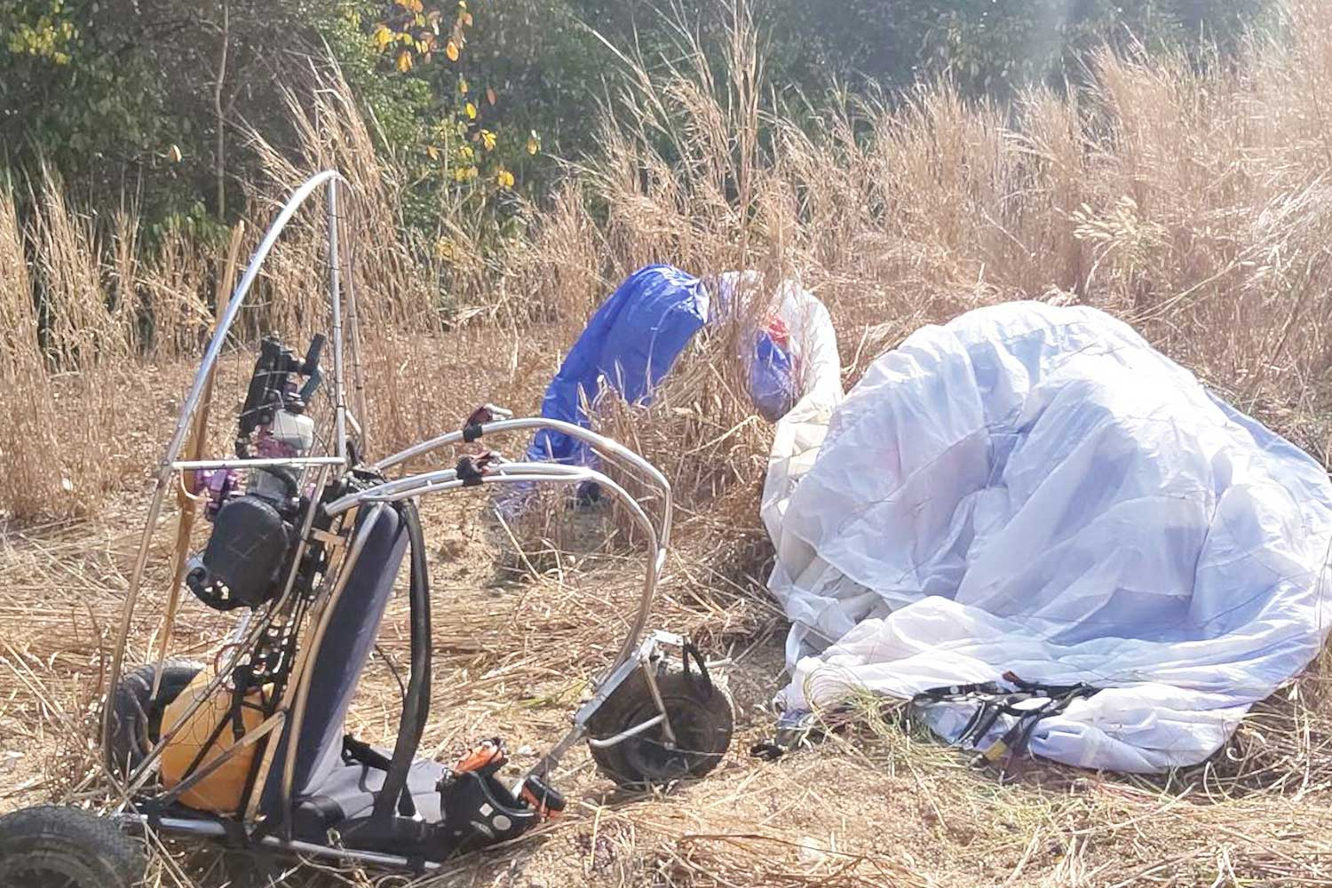 The crashed paramotor in a field in Bang Saray area of Chon Buri's Sattahip district on Wednesday. The flyer, a British national, was killed. (Photo: Chaiyot Pupattanapong)