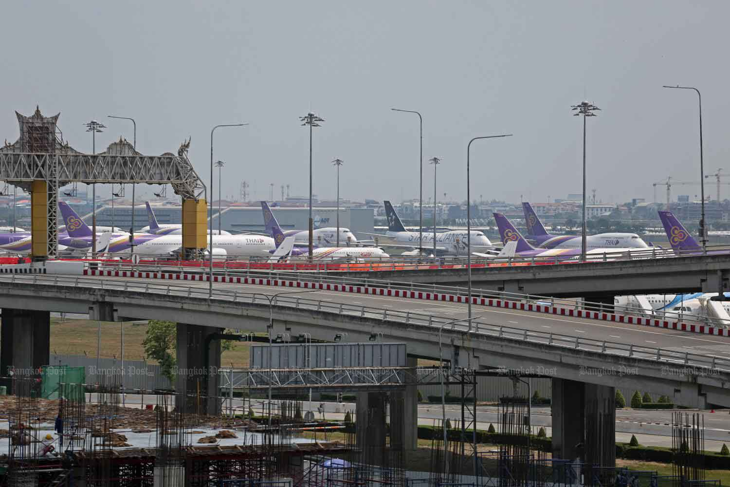Thai Airways International planes are grounded at Suvarnabhumi airport. The national carrier, along with most other Thai-registered airlines, has stopped flights temporarily.(Photo by Varuth Hirunyatheb)