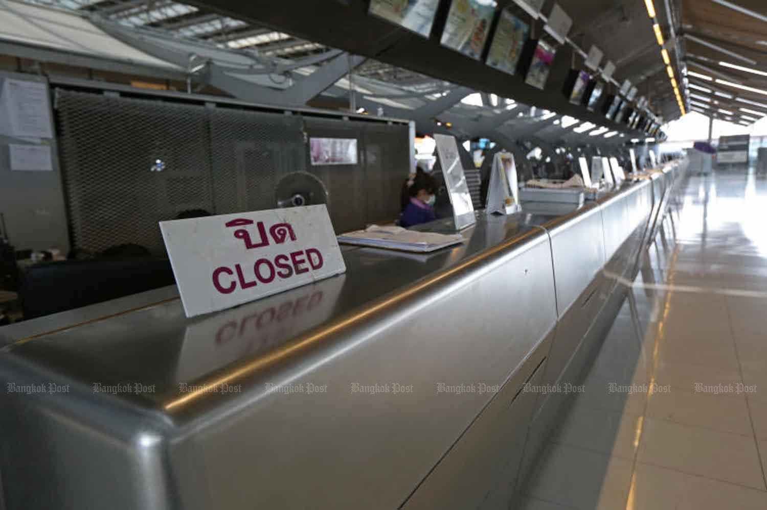 The check-in counter of Thai Airways International is closed at Suvarnabhumi airport in Samut Prakan province. The government blocks arrivals in the country until April 15 to curb Covid-19. (Photo by Varuth Hirunyatheb)