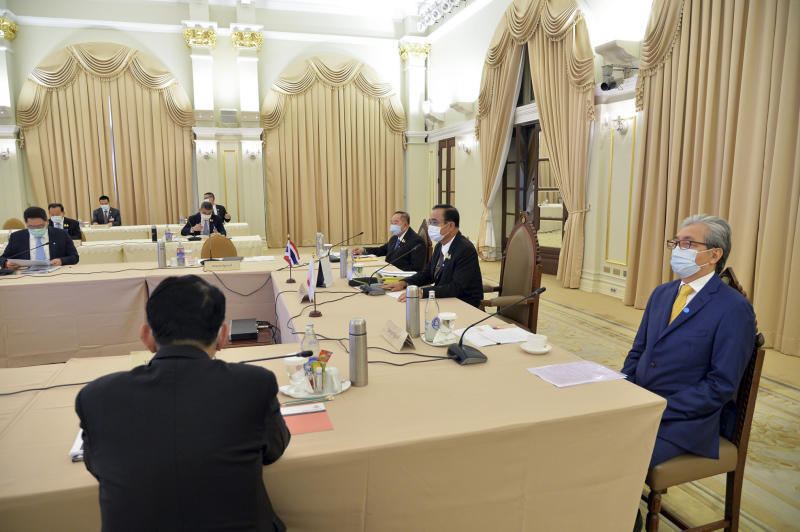 Deputy Prime Minister Somkid Jatusripitak, right, attends a special cabinet meeting chaired by Prime Minister Prayut Chan-o-cha at Government House on Friday. (Government House photo)