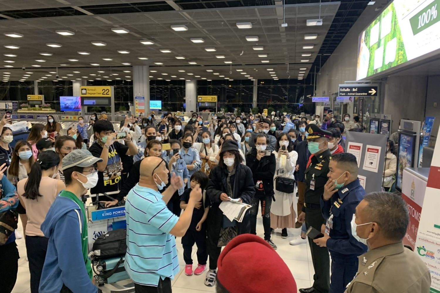 Officials talk to confused Thai passengers after they landed at Suvarnabhumi airport on Friday night. (Photo supplied by Mongkol Bangprapa)