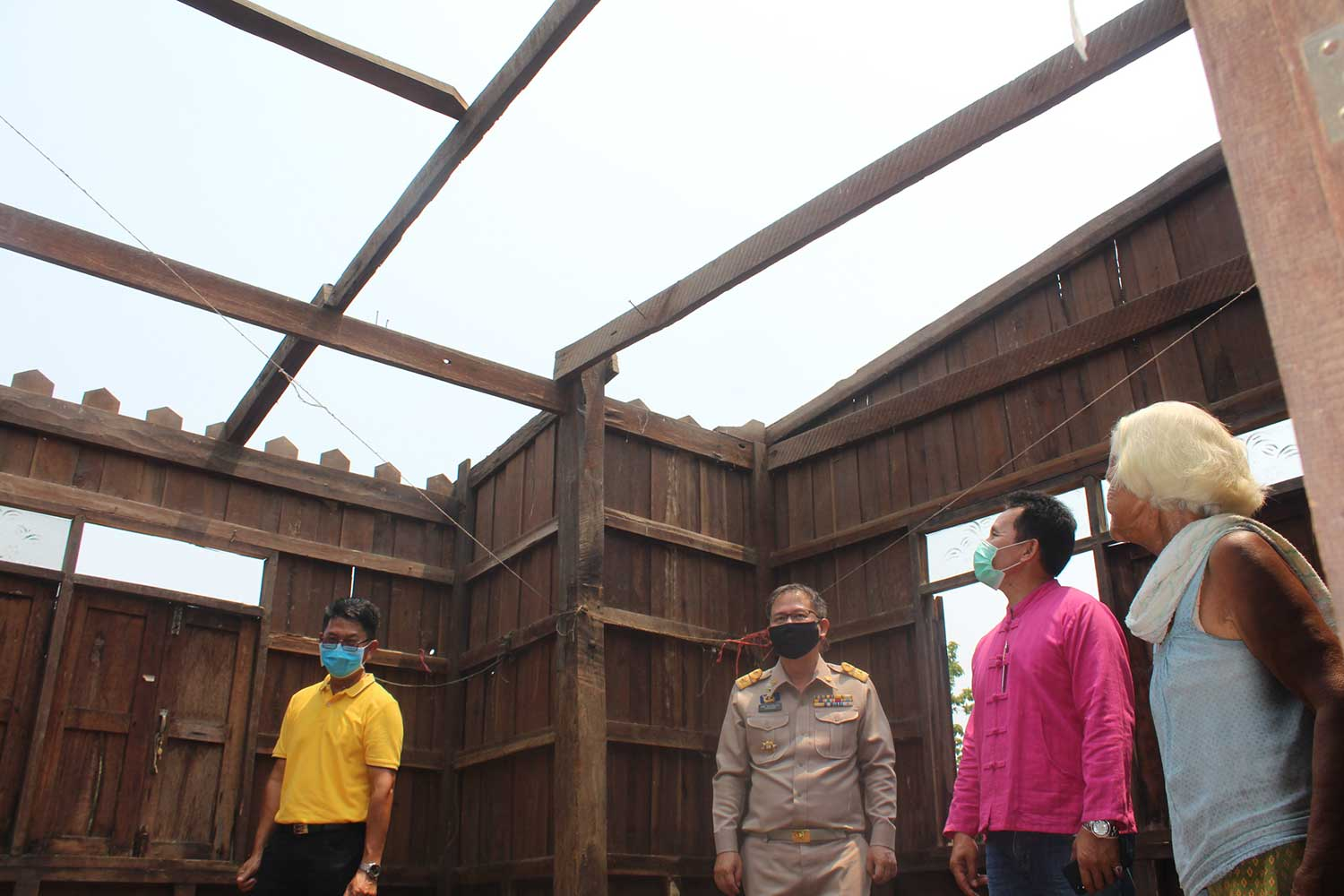 Officials inspect a house left without a roof on Tuesday, after summer storms pounded  many villages in Chok Chai district, Nakhon Ratchasima, on April 5-6. (Photo: Prasit Tangprasert)