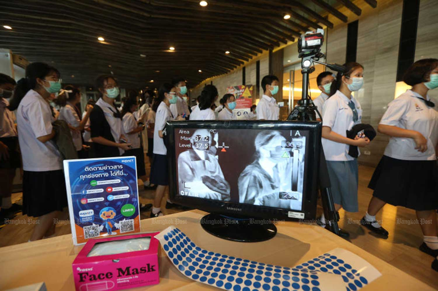 Students applying for seats at Triam Udom Suksa School in Bangkok enter a building to take exams at Muang Thong Thani on March 5. (File photo)