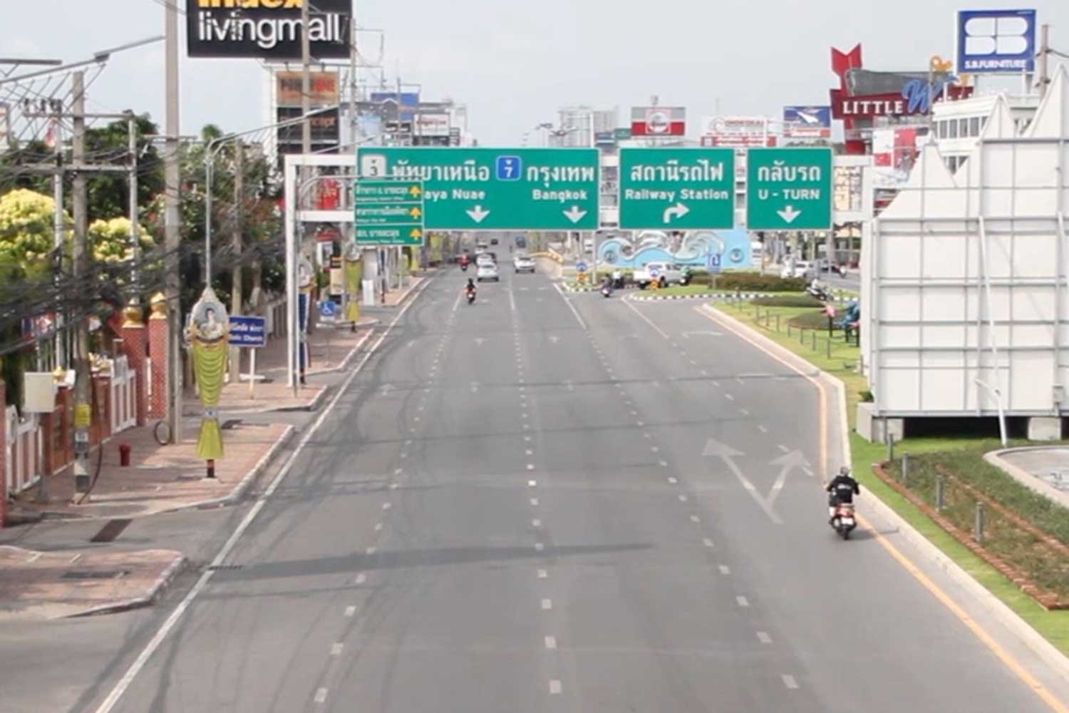 All roads into Pattaya city will be closed to outsiders from 2pm April 9, to help prevent the spread of Covid-19 disease. (Photo: Chaiyot Pupattanapong)
