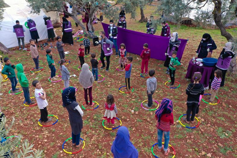Volunteers from the Violet organisation perform a puppet show for children in a camp for displaced Syrians, to inform them about the novel coronavirus and the methods used in order to limit its spread, in the village of Kafr Yahmul, north of the northwestern Syrian city of Idlib, on Tuesday. (AFP photo)
