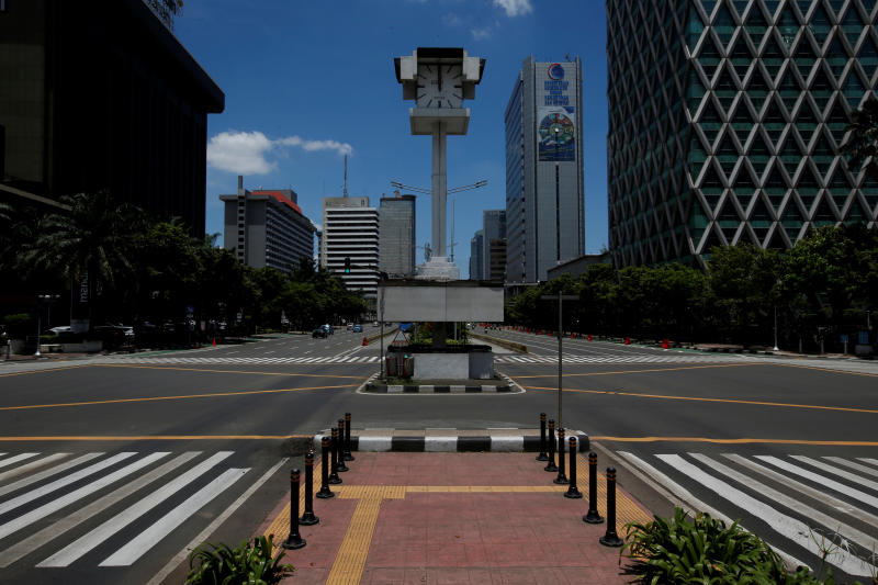An almost empty intersection with low traffic is seen at noon on Jalan M.H. Thamrin, one of the main roads in Jakarta, during the coronavirus disease (Covid-19) outbreak, in Jakarta, Indonesia, March 31, 2020. Reuters file photo)