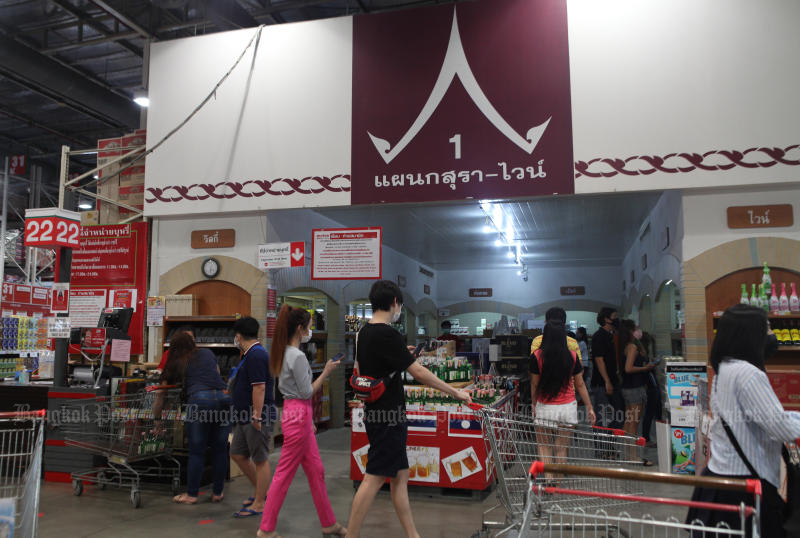 People flock to supermarkets and shops on Thursday to buy alcoholic beverages before the ban will be effect in Bangkok from Friday to April 20. (Photo by Pattarapong​ Chatpattarasill​)