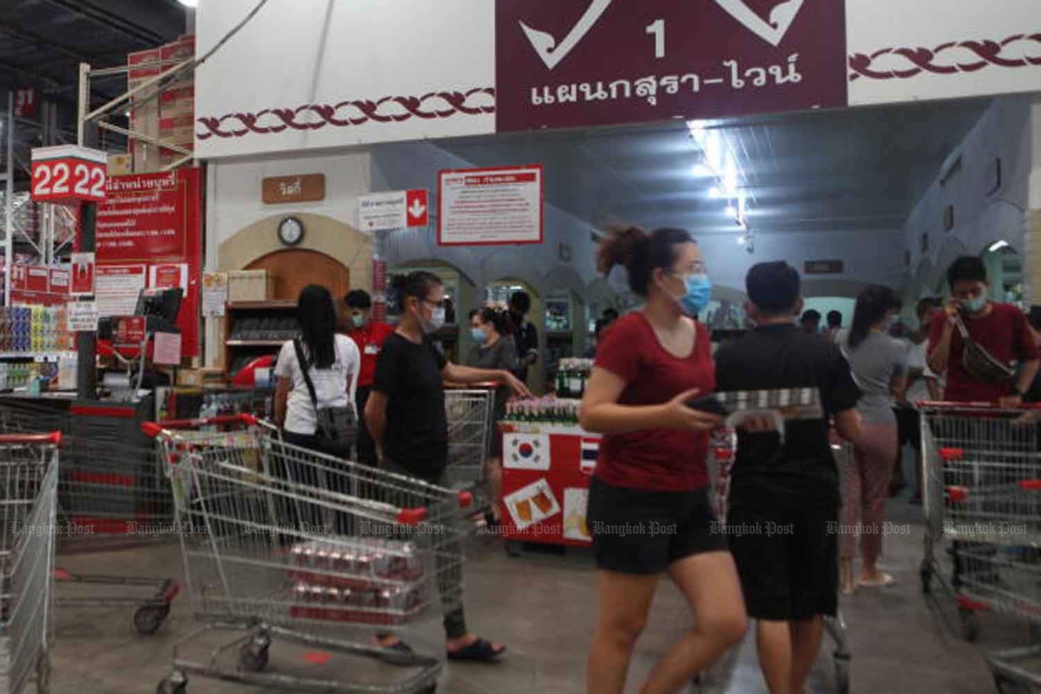 Shoppers throng the liquor section of a superstore after City Hall banned the sale of alcohol in the capital for 10 days starting on Friday in the latest bid to prevent social gatherings.(Photo by Arnun Chonmahatrakool)