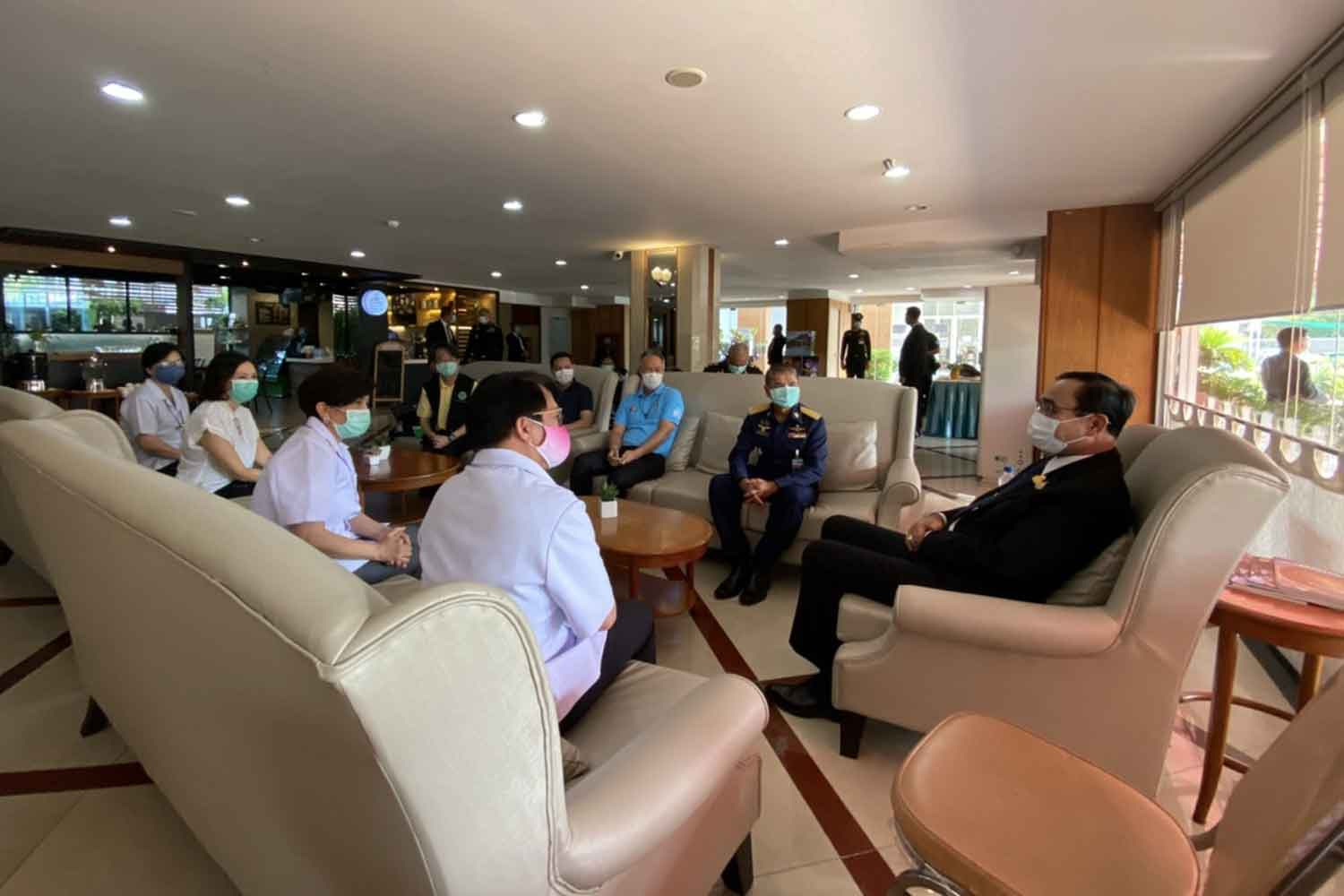 Prime Minister Prayut Chan-o-cha, right, visits Patra Hotel in Bangkok on Wednesday. The hotel offers a quarantine service for Thai returnees. (Government House photo)